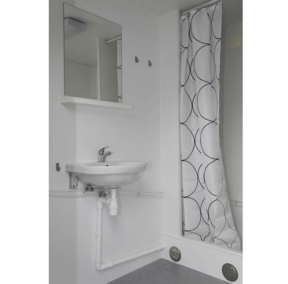 Anrpro-500MB-toalettbrakke-med-dusj-for-3-personer-innsiden
